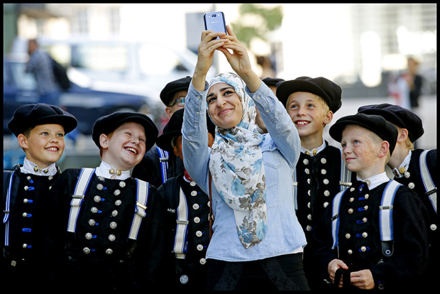 A woman takes a selfie with boys from Spakenburg gallery